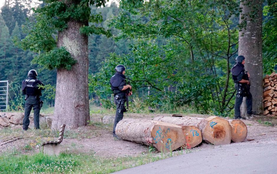 Caccia all'uomo in Germania per l'uomo che ha disarmato 4 agenti di polizia